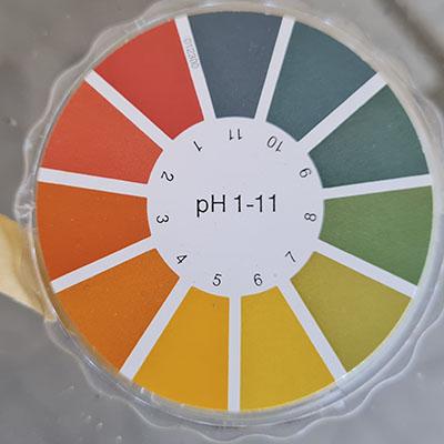 El uso de tiras reactivas es muy habitual para medir el pH de tus cosméticos